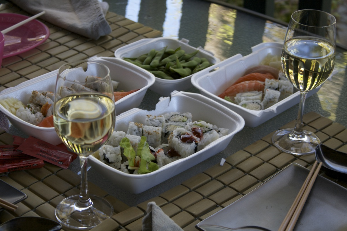 Wine + spicy tuna + patio = :)